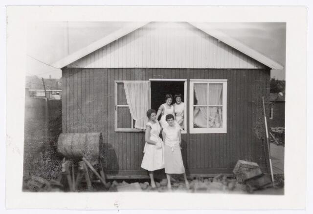 038946 - Volt. Zuid. Chemische Afdeling. Chemisch Lab. Na een brand in de nacht van 4 op 5 maart 1959 waarbij de afdeling grotendeels ten prooi viel aan de vlammen werd tijdelijk dit noodlaboratorium in gebruik genomen.