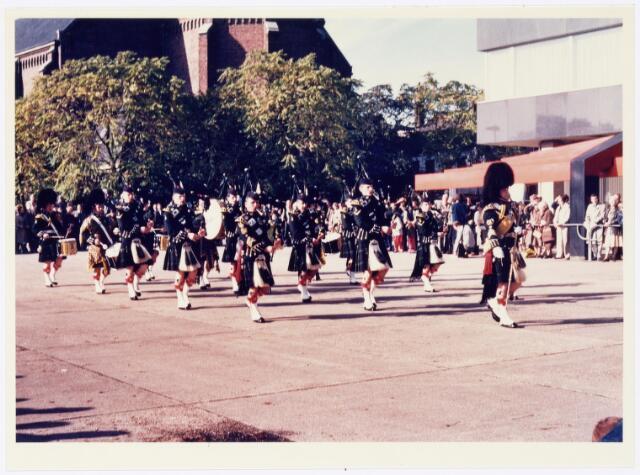 043342 - Op het Paleisplein vonden op 27 oktober 1984 festiviteiten plaats rond de viering 'Tilburg 40 jaar bevrijd'. Hier een optreden van het Schotse pipercorps The Gordon Highlanders.