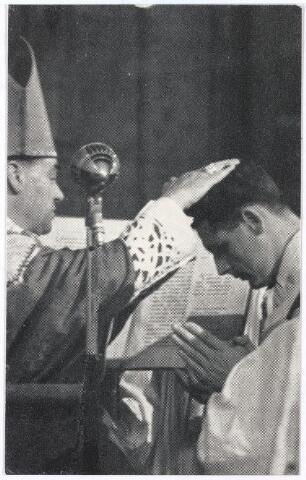 005556 - Bidprentje. Priesterwijding door Mgr. W. Bekkers van Sjef van Roessel, die zijn 1e H. Mis opdroeg op 1 juli 1962in de H.Pius X kerk te Tilburg