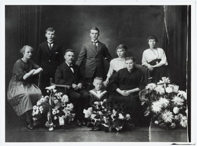 006429 - Zilveren bruiloft van Peter Bakkers en Elisabeth van Rosmalen. Het gezin kwam op 30 maart 1900 vanuit Hoogeloon naar Tilburg. Op de voorgrond Franciscus Johannes Bakkers, geboren Tilburg 23 juli 1911, overleden Tilburg 15 oktober 1981, chauffeur, trouwde Johanna Maubach, geboren Krefeld 6 oktober 1910, overleden Tilburg 15 maart 1977. Op de eerste rij v.l.n.r. Joanna Maria Bakkers, geboren Tilburg 6 januari 1904, confectienaaister, trouwde  Tilburg 19 november 1928 Petrus Adrianus Isidorus van Diessen, chauffeur, geboren Tilburg 25 september 1904, vertrokken naar Oisterwijk, Udenhoutseweg a 489, Peter Johannes Bakkers, geboren Hoogeloon c.a. 29 oktober 1867, overleden Tilburg 27 november 1946, sigarenmaker, trouwde 5 oktober 1896 Elisabeth van Rosmalen, geboren Bladel 22 november 1874, overleden Tilburg 4 november 1943. Op de tweede rij v.l.n.r. Aloysius Franciscus Bakkers, geboren Tilburg 9 april 1902, overleden Tilburg 6 augustus 1971, politoerder, trouwde Joanna Gertruda Verhoeven en hertrouwde Roberdina Sophia van Esch, Adrianus Martinus Bakkers, geb. Hoogeloon 5 september 1898, overleden Tilburg 24 januari 1976, vuurwerker, trouwde Joanna Norberta Verhoeven, geboren Tilburg 9 april 1897, overleden Tilburg 19 mei 1972, Anna Maria Bakkers, geboren Hoogeloon 12 september 1899, overleden Tilburg 15 september 1986, dienstbode, vertrokken 26 oktober 1923 van Tilburg naar Berkel c.a., trouwde Wilhelmus Gerardus Antonius van Os, geb. Berkel-Enschot 24 januari 1901, overleden Tilburg 2 juli 1986, Theodora Francisca Antonia Bakkers, geboren Tilburg 15 oktober 1900, overleden Tilburg 21 oktober 1994, strijkster, trouwde Joannes Josephus van de Wiel, geboren Tilburg 20 februari 1897, overleden Tilburg 2 november 1940, hertrouwde  Johannes van Dijk, geboren Ankeveen 13 maart 1895, overl. Tilburg 22 oktober 1971.