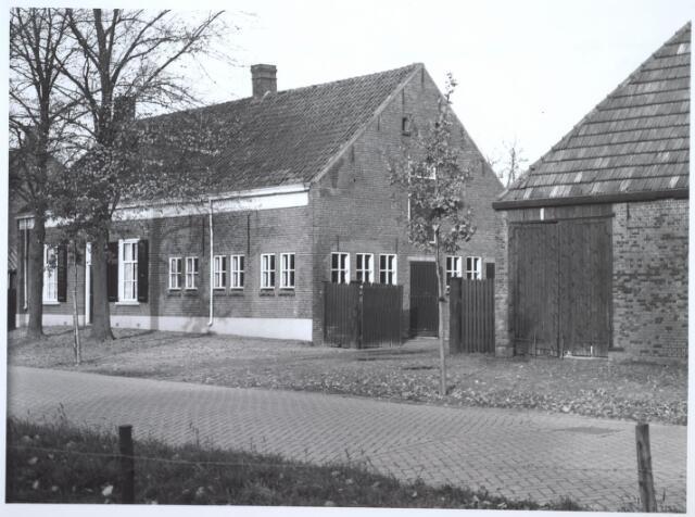 026748 - Boerderij aan de Nieuw-Lovenstraat 280, thans Nautilusstraat. Deze boerderij is gesloopt in 1964. Laatste bewoners waren C. Deliën en B.A. van Kruijsdijk.