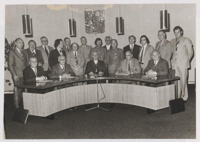 081138 - Gemeenteraad Gilze en Rijen zittingsperiode 1974 - 1978 Zittend v.l.n.r.: wethouder J. van Gool, wett. A. Noij, burgemeester P. Ballings, secr. A. Hoevenaars en wethouder G. Boemaars. Staand v.l.n.r.: mr. M. Hennekam, drs. M. van Ardenne, P. van Poppel, drs. H. Roos, W. Havermans, W. van Vugt, A. van Baalen, C. van Beijsterveldt, J. van Wagtendonk, P. de Bekker en C. Beenackers