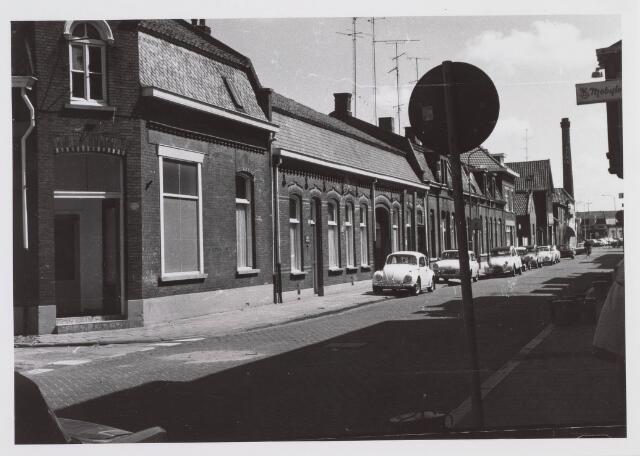 018212 - Emmastraat in de richting van het Piusplein. Op de achtergrond de schoorsteen van wollenstoffenfabriek Beka