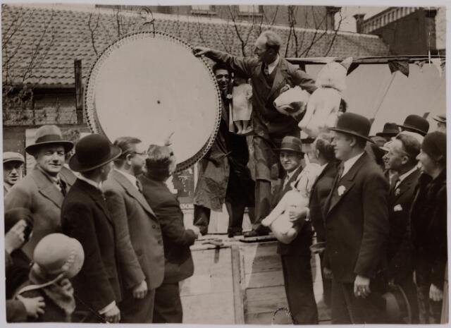 040635 - Mei-markt 1932 op de Heuvel hoek Tuinstraat. b.g.v. het 10-jariig bestaan van de Tilburgse vereniging van Marktkooplieden. foto: rad van fortuin, links vooraan met bril Karel Wassing. rechts vooraan met bolhoed Piet Zopfi.