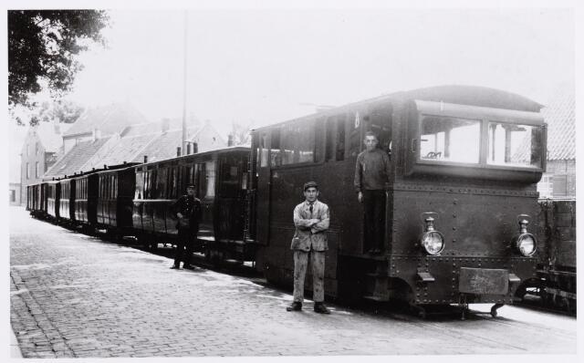 046611 - Tram 'Hollandse Buurtspoorwegen' aan de Tilburgseweg te Goirle, richting Tilburg. Links op de achtergrond de zijgevel van het voormalige nonnenklooster aan de Bergstraat.
