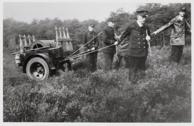 103630 - Brandweer. Demonstratie met nieuw materiaal voor blussen van bos en heide (1934)