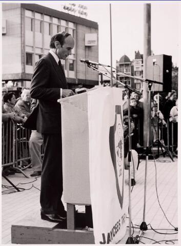 036090 - Stadhuisplein. Officiele opening gedenknaald Obelisk toespraak door F. Houben comm. van de Koningin in N.B.