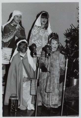 053142 - Driekoningen zingen in het Wijkgebouw Groenewoud op 6 jan. 1981.