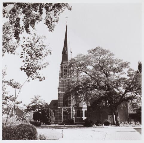 062844 - Kijk op de parochiekerk van de H. Caecilia van Enschot aan de Kerkstraat 2, gezien vanaf de Kraan