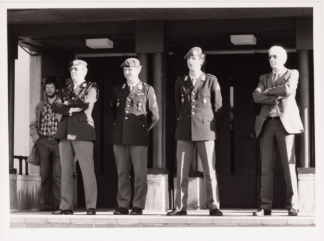 043250 - Op 27 oktober 1984 keken militairen en een burger vanaf de trappenhal van het Paleis naar het optreden van de muziekkappel van het Garderegiment Prinses Irenen b.g.v.'Tilburg 40 jaar bevrijd'.