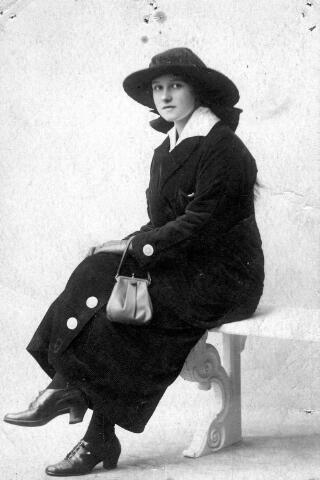 064449 - Maria Wilhelmina van Son-Donders geboren Tilburg 2 december 1898, overleden Tilburg 19 maart 1992.