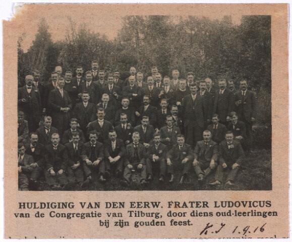 """004271 - Klassenfoto. Oud-leerlingen huldigden in 1916 Frater LUDOVICUS (1848-1926) bij zijn gouden kloosterfeest. Hij werd geboren in Tilburg als Petrus Lambertus Josephus van den Houdt. In 1872 legde hij zijn eeuwige geloften af voor de Congregatie van de Fraters van Tilburg. Als frater Ludovicus behaalde hij 4 jaar later zijn hoofdakte. Hij werkte als onderwijzer in Den Bosch en daarna in Tilburg, waar hij van 1884 tot 1904 hoofd werd van de pas gestichte parochieschool op de Heuvel, waar hij 20 jaar zou blijven. Hij gaf tevens les in tekenen aan de Kweekschool. Ook muzikaal was hij actief. Met name voor frater Albertus Jansen, in zijn tijd een gewaardeerd componist, heeft hij verscheidene cantates en feestliederen geschreven. Hij was redactie-seretaris van het door de paters uitgegeven letterkundig tijdschrift """"Bloemkrans"""" in welke hoedanigheid hij met Guido Gezelle correspondeerde. Ook schreef hij taal- en leesboeken voor de volksschool, een geschiedenis van het Oude Testament en een levensbeschrijving van Pater de Beer. Na 1904 was hij nog hoofd van lagere scholen in Deurne, Den Bosch en Reusel."""