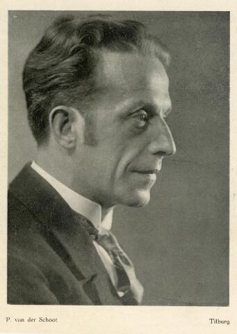 """601775 - Johannes Hendrikus Wilhelmus (Jan) van den Akker (Nijmegen 1889-Heeswijk 1946) was boekhouder van beroep en woonde aan de Bosschweg te Tilburg.  Daarnaast was hij zeer actief betrokken bij het Tilburgse toneelwezen. Jan was rond 1930 voorzitter en bestuurslid van de RK Studie en Debatingclub Lumen et Veritas. In 1934 maakte hij deel uit van het voorlopig bestuur                                                       van de Tilburse kunstkring """"Het Schouwspel"""". In december van dat jaar werd hij tevens voorzitter en aanvaardde zijn functie met een teospraak waarin hij een plan van actie voorstelde tot opbloei van het vaktoneel in Tilburg. Jan speelde zelf ook toneel.   Deze foto werd, samen met andere exemplaren, door fotograaf Piet van der Schoot ingestuurd naar het blad Bedrijfsfotografie van de Nederlandse Fotografen Patroons Vereniging (NFPV). Redacteur Adriaan Boer had het volgende positieve commentaar op dit portret; """" ...een heerenbuste, is wel zeer karakteristiek van uitbeelding. Speciaal verdient de verlichting, die het karakter van het model zo bijzonder goed spreken deed, de aandacht""""."""