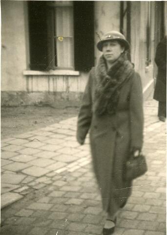 093072 - Trien Coppens-van de Ven. Zij werd geboren te Goirle op 27 maart 1898 en overleed aldaar op 9 november 1987. Zij trouwde Lau Coppens. Trien is op weg naar de kerk. Op de achtergrond het woonhuis van smid Van Croonenburg aan de Bergstraat (nu verpleeghuis)