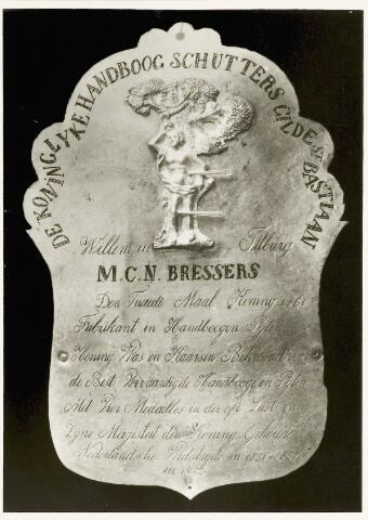 067399 - Schuttersgilden. Handboogschuttersgilde Sint Sebastiaan.Zilveren koningsschild uit 1861 (voor de tweede maal koning) van Martinus Cornelis Nicolaas Bressers (1823-1902).