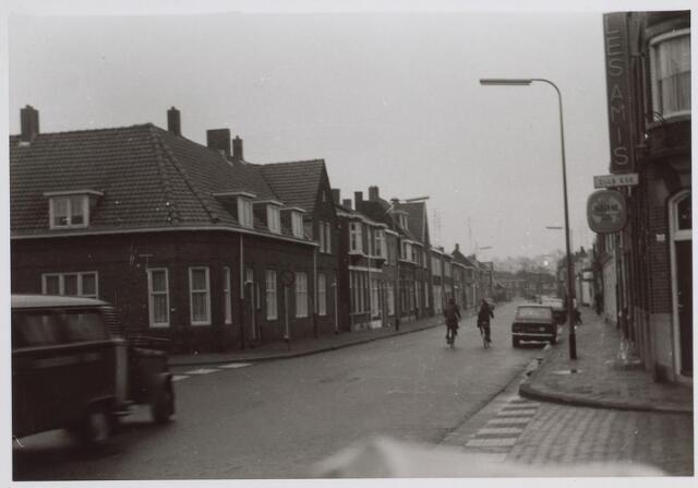 026616 - Molenstraat ter hoogte van het Paduaplein (links) en rechts, op de hoek met de Noord-Besterdstraat, het voormalige café In den Wijngaard. Op het moment van deze foto wwas er Club 438 in gevestigd, een populaire jongerensoos, waarvan Wil Brocken de uitbater was