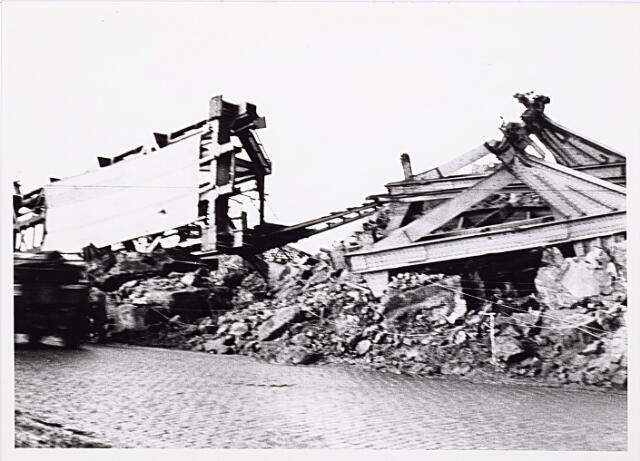 012331 - WO2 ; WOII ; Tweede Wereldoorlog. Vernielingen. De compleet vernielde spoorbrug over de Bosscheweg. De opmars van de geallieerden vanuit 's-Hertogenbosch werd er geenszins door gehinderd