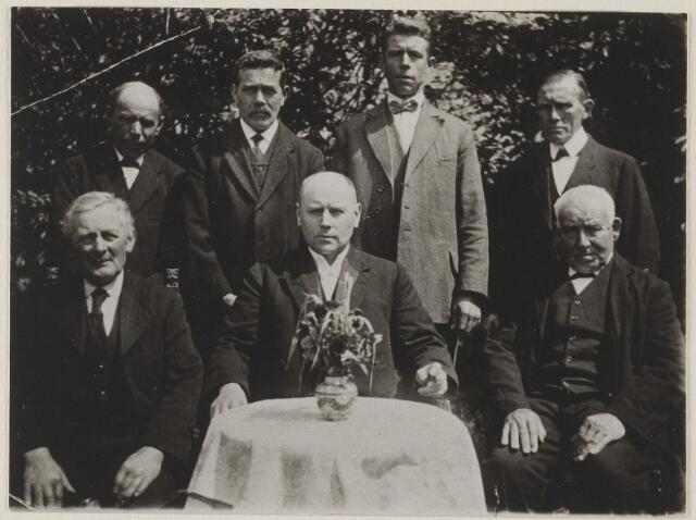 058712 - Kerkenraad  Nederlands Hervormde kerk.te sGravenmoer.  v.l.n.r. staand Janus Mouthaan,Jan de Geus,......v.de.Schans,Cornelis Mouthaan molenaar geb:25-1-1868.  v.l.n.r.zittend:Huib Faro,Floris Anker dominee 1922-1928 geb:Stolwijk 6-5-1887,Janus Heijblom.