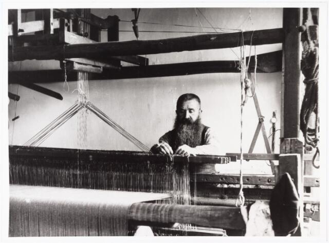 008508 - Textielnijverheid. ´Baard´ van Dongen aan zijn weefgetouw in de Hesperenstraat, gefotografeerd door Henri Berssenbrugge (1873-1959), begin 1900.