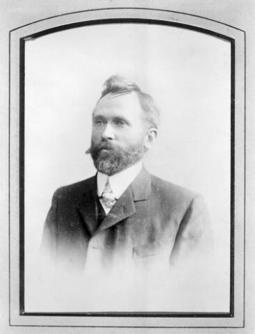 048479 - Adrianus Johannes (Janus) van Riel, geboren te Tilburg op 7 mei 1868, zoon van Peter van Riel en Maria Catharina Peijnenborg. Hij trouwde met Jacoba Aldegonda Josepha Broeders en overleed te Tilburg op 15 januari 1946.