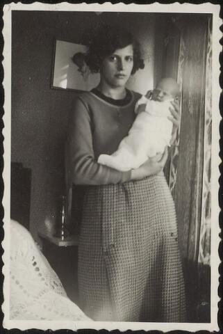 603890 - Jonge vrouw (Agnes van de Put?) met baby op de arm