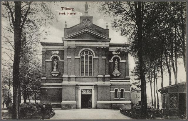 010170 - Korvel in zuidelijke richting, voorgevel van de Korvelsekerk met rechts het wachthuis van de politie.