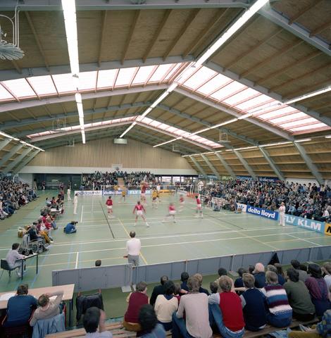 D-000295-1 - Interieur van een sporthal waar een volleybal wedstrijd plaats vindt (bouwbedrijf Pellikaan)