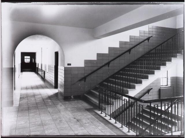 028346 - Interieur van de gang en de trappenhal 2e verdieping in het St. Lidwinaklooster aan de Pelgrimsweg 40.