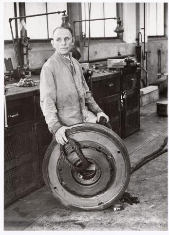 """039394 - Volt, Zuid. Technische Afdeling, Gereedschapmakerij. De heer F.Fransen was hulpmonteur in de afdeling fitterij en vooral bekend door het plaatsen en indien nodig weer demonteren van vele kilometers z.g.n. """"Normaalwand"""". ( Gebruikt voor het maken van semi-permanente ruimtes.) Fransen werkte bij Volt van 1922 tot 1958. Foto ca. 1950."""