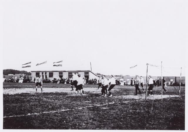 054020 - Sport Voetbal. Willem II. De openingswedstrijd van het nieuwe terrein aan de Voetbalweg in 1906