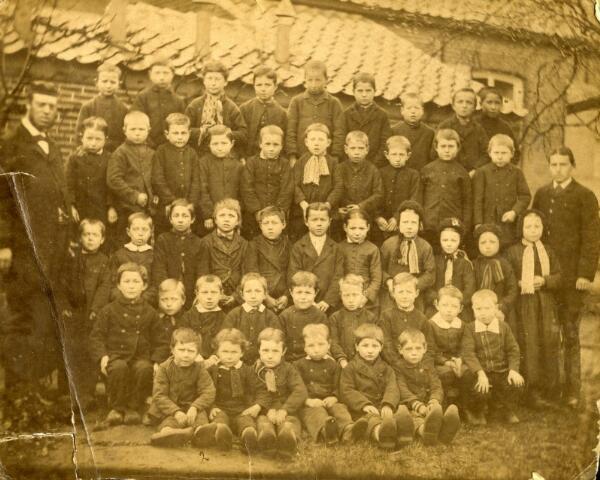600463 - Klassenfoto. Schoolfoto. Jongens en meisjes. Openbare lagere school Baarle-Nassau.