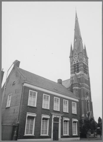 """88755 - Pastorie bij de St. Gummaruskerk, Dorpstraat 58, Wagenberg. Herenhuis in Empirestijl gebouwd in 1856. Rechts naast de voordeur is een gedenksteen met de tekst: """"W. OOMEN R.K. PASTOR 23-6-1856"""". Rijksmonument. Thans woonhuis."""