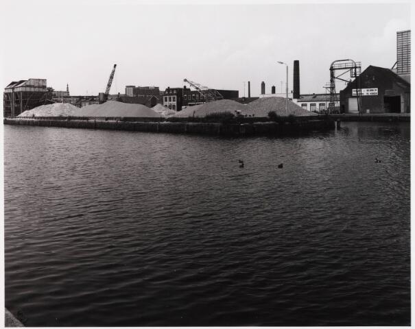 028533 - Piushaven met bedrijven genomen in de zomer van 1981