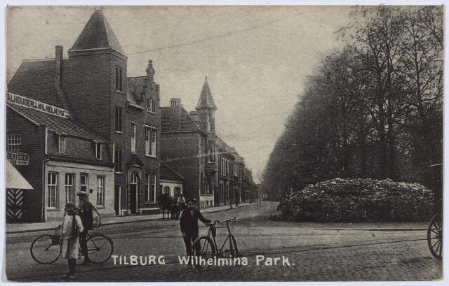 002797 - De noordzijde van het Wilhelminapark begint nu met huisnummer 143 en loopt van de hoek Goirkestraat tot de hoek Abraham Kuyperstraat. Op de hoek rechts staat vanaf 1926 het standbeeld van Petrus Donders.