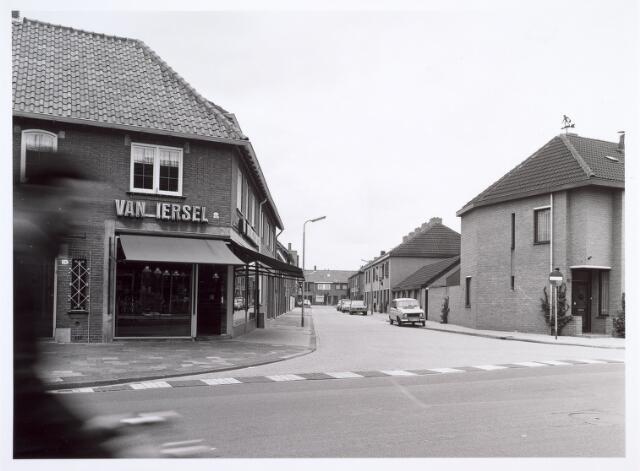 014019 - Winkelpand bakkerij Van Iersel in de Abraham Kuijperstraat  (midden),  hoek Wilhelminapark 98(links)