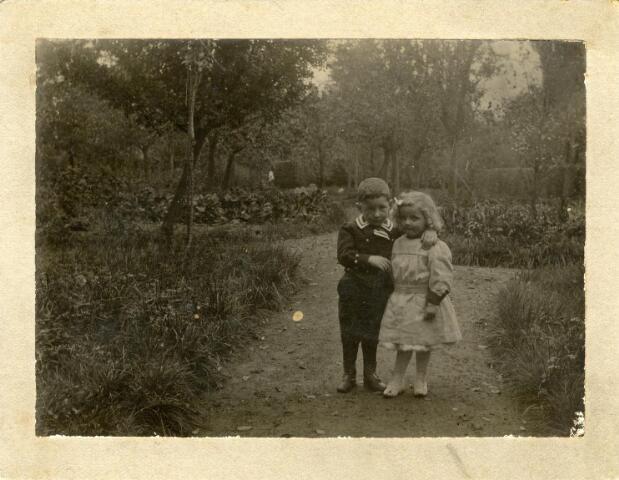 600969 - Links Francois Caspar Maria (Frans) Houben, geboren te Zevenbergen op 17 juni 1894, zoon van de uit Tilburg afkomstige suikerfabrikant Jan Marie Caspar Houben en Constantia Francisca Antonia Maria Janssens. Zij overleed op 27 juni 1894 in het kraambed. Zijn vader hertrouwde met een zus van zijn vrouw, Anna Helena Wilhelmina Maria Janssens. In 1921 keerde Frans met zijn vader en stiefmoeder terug naar Tilburg. Hij trouwde met Alida Catharina Schut.