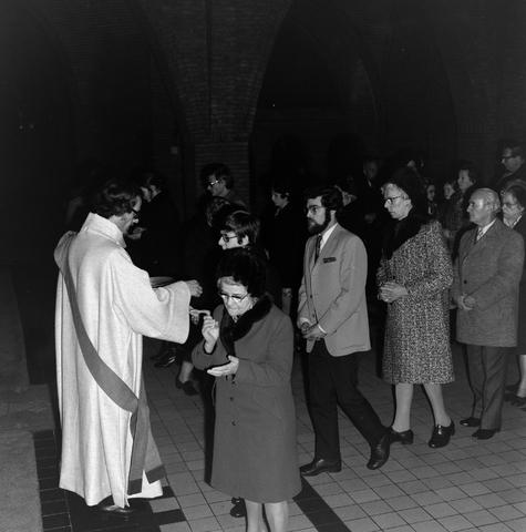 1237_006_247-3_001 - Religie. Kerk. Geloof. Katholiek. Heilige mis. Eucharistie.  Wijding tot diaken van Pater J. Wijnen in november 1972. In de Sint Theresiakerk.