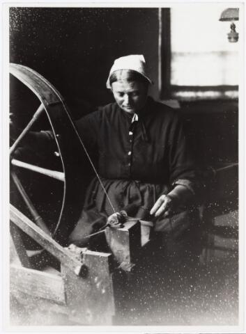 008531 - Interieuropname van spoelster, gefotografeerd door Henri Berssenbrugge (1873-1959) begin 1900.