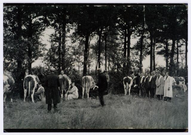 062070 - Landbouw. Deelnemers aan de melkcursus te Berkel-Enschot omstreeeks 1930; v.l.n.r. Bergmans, van Esch, N.N., Piet van Rijswijk, vier onbekenden, Nico van Mensvoort, vijf onbekenden, van Roessel?, Marinus van Rijswijk, Mathijssen, N.N., van Laak, van Laak en van Kasteren