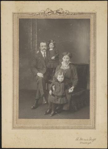603724 - Het gezin Langermans - Thijs.  Johannes J.M. Langermans werd in 1885 geboren te Tilburg als zoon van koster Johannes J. Langermans en Maria L. Haans. Johannes was boekhouder van beroep en trad op 22 augutsus 1911 te Tilburg in het huwelijk met Antonia M. A. Thijs. Zij werd geboren te Tilburg op 29 juni 1886 als dochter van Hubertus J. Thijs en Maria M. de Beer. In 1911 vertrok het jonggehuwde echtpaar vanuit Tilburg naar Waalwijk. Het beroep van Johannes was op dat moment correspondent. De namen van de kinderen zijn niet bekend.