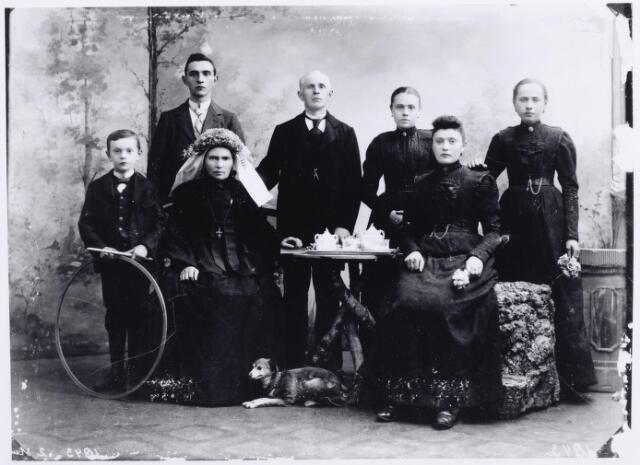 046206 - De familie Van Zantvoort-de Gruijter. De vader van het gezin was linnenwever, koopman, organist en koordirigent. Hij trouwde te Goirle op 11 januari 1879 met Johanna Maria de Gruijter. Op de voorgrond v.l.n.r. Piet van Zantvoort (1892-1966), hij trouwde met Elisabeth Noij, zijn moeder Johanna Maria de Gruijter (1849-1904) en zus Adriana P.M. van Zantvoort (1883-1953). Zij trouwde met schoenmaker Nol Vromans. Op de achterste rij v.l.n.r. Tiest van Zantvoort (1879-1947) reiziger en organist, trouwde met Anna van de Pol, zijn vader Tiest van Zantvoort (1844-1919), zijn zus Maria Margaretha van Zantvoort (1881-1941) trouwde met Louis van de Laar, en de ongehuwd gebleven zus Margaretha W.M. van Zantvoort (1885-1970).