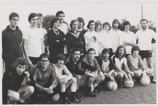 082111 - Voetbal. leden van de selectieploeg Sport Vereniging Gilze