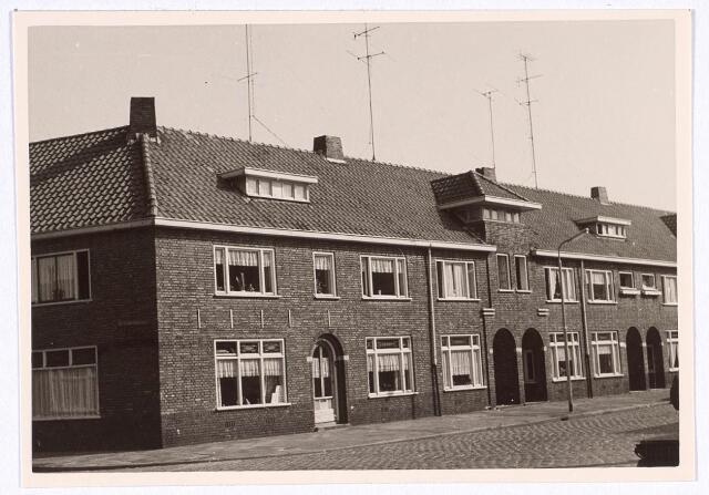 018912 - Panden op de hoek Gildebroederstraat en St.-Sebastiaanstraat (links) eind 1962