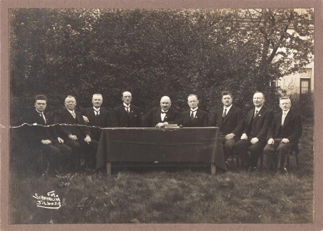 """052602 - Muziekleven. Harmonie Orpheus, opgericht in 1895. Foto: werkende leden van de Koninklijk erkende societeit """"Harmonie Orpheus"""" bij het 60-jarig jubileum (1924) vlnr: Arn. F.C. Jansen 2e secr., A. Eras comm., A.H. van Riel penm., A.J. Claesen vice voorzitter, C.P.A. van Herk voorzitter, C.A.J.M. van Dijk 1e secr., F. Staps comm., J.F. Vermeer comm., H. Suys comm."""