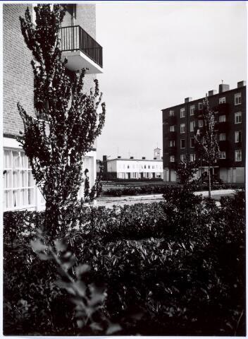 018776 - Flats en eengezinswoningen aan de Generaal Smutslaan. Op de achtergrond is nog juist de klokkentoren van de parochiekerk te zien