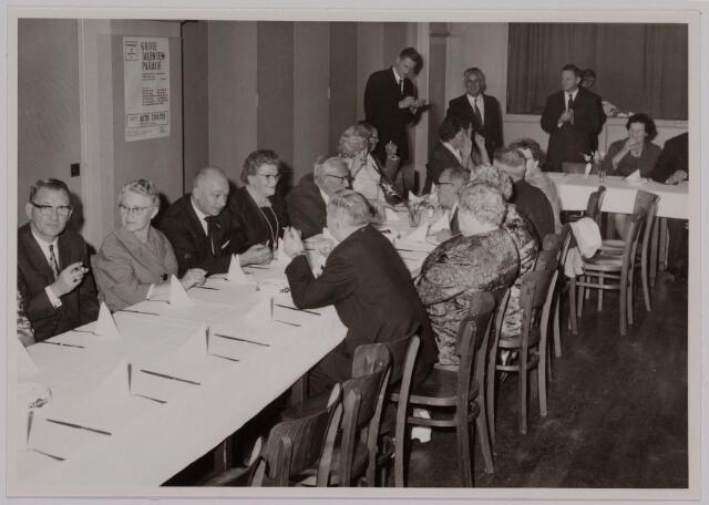 041161 - Vakbeweging. Op 31 augustus 1963 vierde de R.K. Bond Werkmeesters afd. Tilburg het 50-jarig bestaan. 1e een Solemnele H. Mis in de parochiekerk st. Jozef. 2e een feestelijk ontbijt in het parochiehuis aan de Veemarktstraat. 3e herdenkingsbijeenkomst in het Chicago-Theater. 4e Officiële receptie in de zalen van café-restaurant Th. van Broekhoven (Smidspad 42) 5e Feestavonden op 7 t/m 9 september 1963 met uitvoering Operette 'Rumoer in Weinbach' in de Stadsschouwburg met een afsluitend diner.