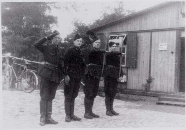 045659 - WO2 ; WOII ; Eerste van links Jo van Dal uit Goirle, tijdens de Tweede Wereldoorlog lid van de de Nederlandse Arbeidsdienst in het kamp Holten.