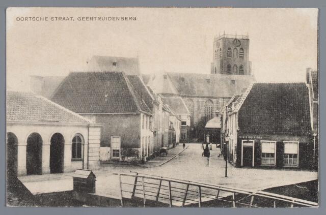 """058163 - Het kruispunt aan de haven. Links de Waterpoortstraat, rechts de haven, in vroegere eeuwen ook wel de Stadsweg en Havenkant genoemd. Rechtuit is het noord-zuidgedeelte van de Dortsestraat, het weggetje voor het wachthuis leidde naar de machinefabriek van Schipper en Van Dongen. Het bruggetje op de voorgrond zou later worden vervangen door het  """"rooie bruggeske"""" dat verderop naar het noorden kwam te liggen. Rechts op de hoek is het café """"Concordia"""" van Krols. Het café links is van Verschure"""