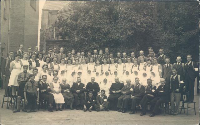 651384 - Ziekentriduüm. Laurentiusparochie. Dongen. Een foto uit het archief van het Laurentiusziekenhuis te Dongen met het verplegend personeel en de vrijwilligers die het eerste ziekentriduüm verzorgden en, vooraan, leden van het bestuur.