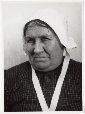 008535 - Vrouw met burgermuts, gefotografeerd door Henri Berssenbrugge (1873-1959), begin 1900.